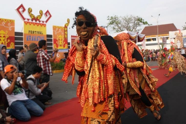 https://www.indonesiakaya.com/uploads/_images_gallery/Dalam_pesta_sekura,_berbagai_kalangan_berbaur_dan_bersosialisasi_menjalin_kebersamaan.jpg