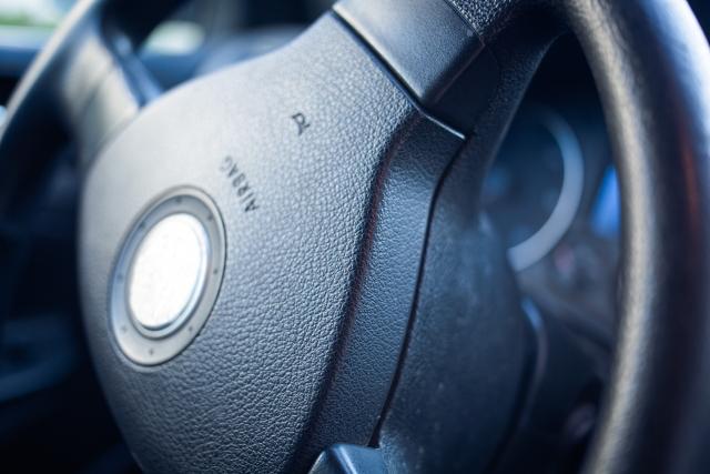 車のハンドル  中程度の精度で自動的に生成された説明