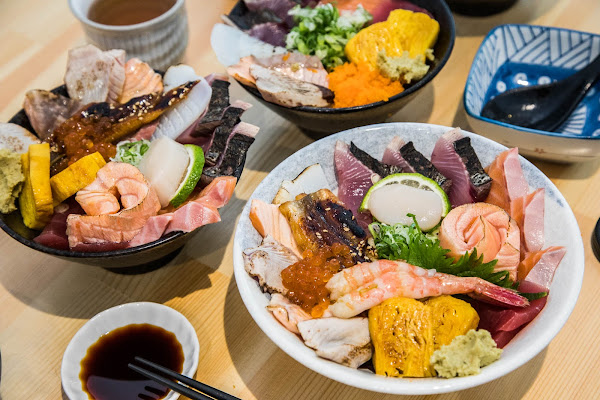 一開門就客滿!?巷弄裡的超人氣日本料理小店,爆滿海鮮丼飯只要160元起!壽司爸