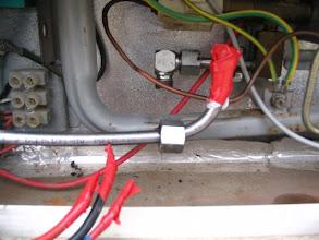 Photo: Una vez quitada, le pongo un plástico y cinta aislante para que no se quede el pegamento de la cinta sobre la conexión.