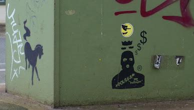 Photo: Stencil; Pferd & Vermummter