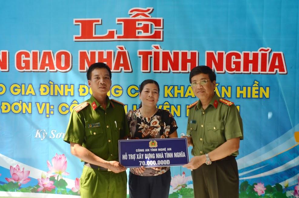 Đồng chí Đại tá Hồ Văn Tứ, Phó Giám đốc Công an tỉnh chúc mừng gia đình Thiếu tá Kha Văn Hiền, Đội trưởng đội ĐTTH Công an huyện Kỳ Sơn.