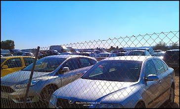 Photo: un des parkings du marché, il y en a plusieurs, et il faut venir tôt pour trouver une place - ce marché est en plein zône agricole, alors attention aux pneus