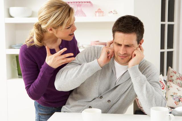 Nếu muốn bỏ vợ thì các ông chồng nên tỏ thái độ bực mình và khó chịu khi có sự xuất hiện của vợ.