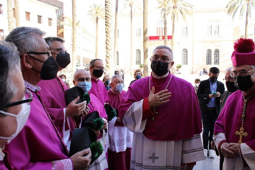 El obispo Antonio Gómez saludando a los canónigos de la Catedral de la Encarnación.