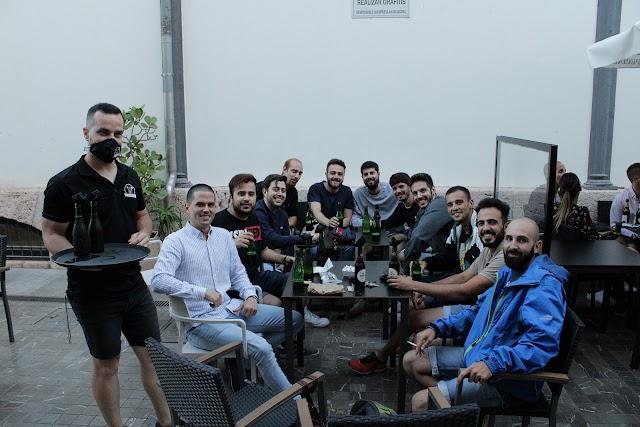 Amigos de la Peña El Tercio disfrutando de su reencuentro.