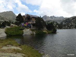Photo: El refugi amb el Pic de Montanyó (esquerra) i de la Mainera (dreta)