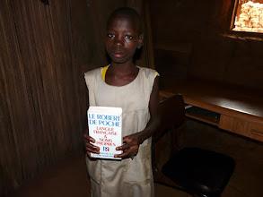 Photo: et dictionnaire. Elle vit avec sa grand-mère puisque sa maman est décédée lors de l'accouchement voici 11 ans
