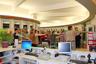Photo: Pika Rajnar med predavanjem o tehniki EFT in sodelujoče občinstvo v Knjižnici Medvode.