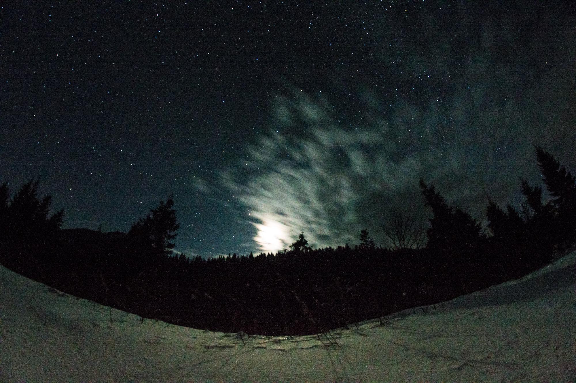 Місяць і хмари над горами