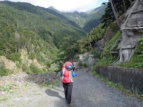 Photo: 野呂川出合バス停より出発、前方には小仙丈沢が現れる