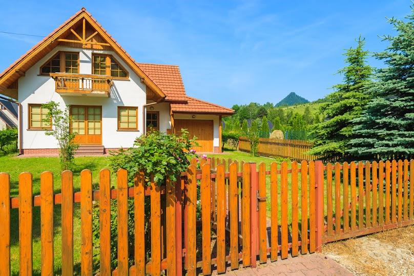 Drewniany przed domem