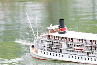 Photo: 豪華客船デルタクイーンのデッキからは、多くの乗船客が水面を眺める。