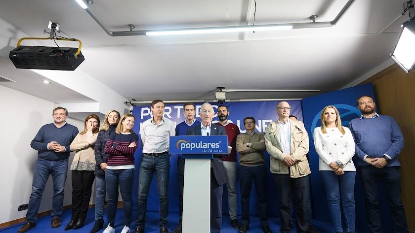 Gabriel Amat compareció anoche junto a candidatos al Congreso y Senado en la sede del Paseo.