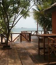 Photo: Busua inn : terasse sur la plage, west coast, Ghana