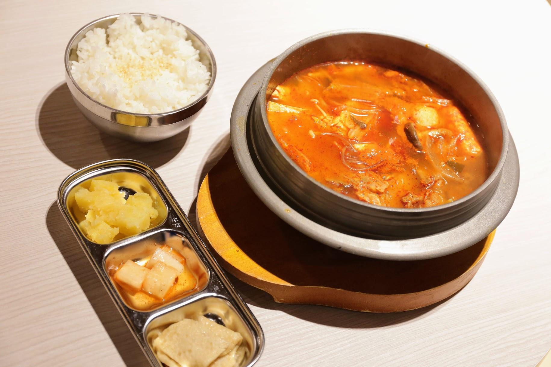 泡菜豬肉豆腐湯鍋,裡頭有一些火鍋料,湯頭酸中帶辣;小菜部分有三種,另外還有白飯或冬粉可選
