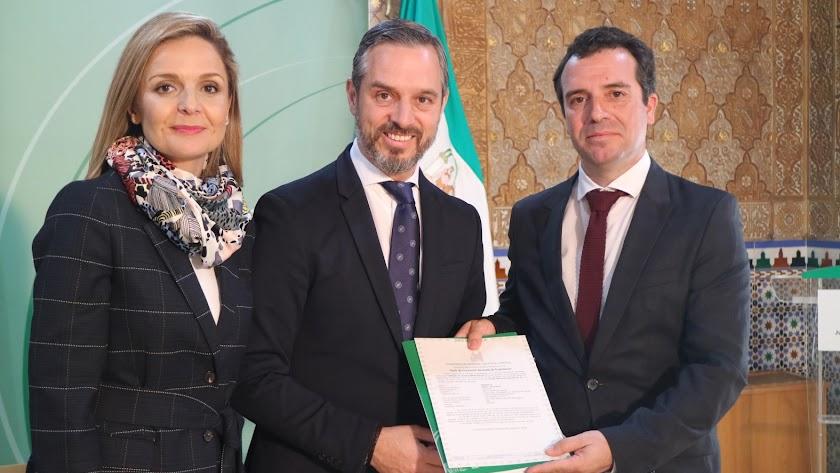 El consejero  Juan Bravo junto a la delegada del Gobierno, Maribel Sánchez y Carlos Díaz, gerente de Cardial.