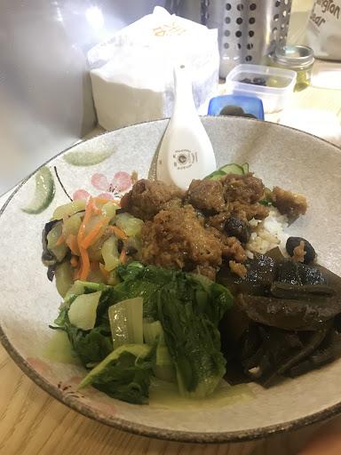 梅子雞飯  素食時蔬玉子燒 不錯吃 特殊的一家店。葷素都有 葷素分開不同廚房料理