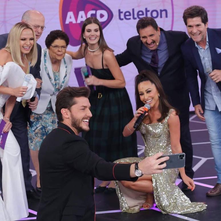 Estrelas do SBT, Globo e Record TV reunidas no palco do Teleton