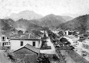 Photo: Rua do Imperador. À direita, no local aonde está o barrãcão comprido, o local onde hoje está erguido o prédio do antigo Fórum. Foto de meados do século XIX