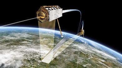 Photo: TanDEM-X und TerraSAR-X fliegen in Formation im Weltall und nehmen von dort unter anderem Bilder zur weltweiten Fluthilfe auf:  Deutschland: http://bit.ly/12kOjl1 Indien: http://bit.ly/12doMhV Informationen zu den Satelliten: http://bit.ly/14STgXA  (FW) Quelle: DLR (CC-BY 3.0)