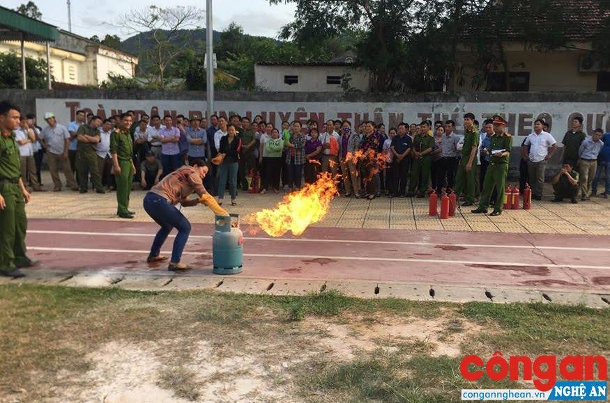 Công tác phòng chống cháy, nổ đóng vai trò quan trọng trong việc đảm bảo ATVSLĐ cho người lao động (Trong ảnh: Cán bộ, công nhân huyện Tương Dương tập huấn về công tác phòng chống cháy, nổ)
