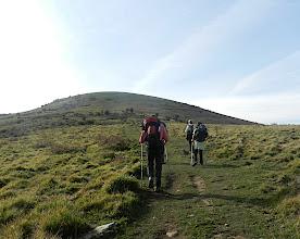 Photo: 11h43 Nous suivons le chemin qui se dirige vers le sommet d'Orgamendy  639 m, comm. de Gamarthe, Larceveau et Ibarrolle.Nom composé de orga « charrette » et de mendi « montagne ».