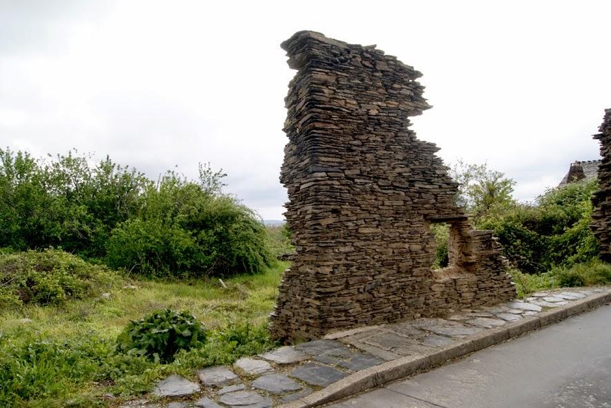 Photo: Restos de un muro de pizarra
