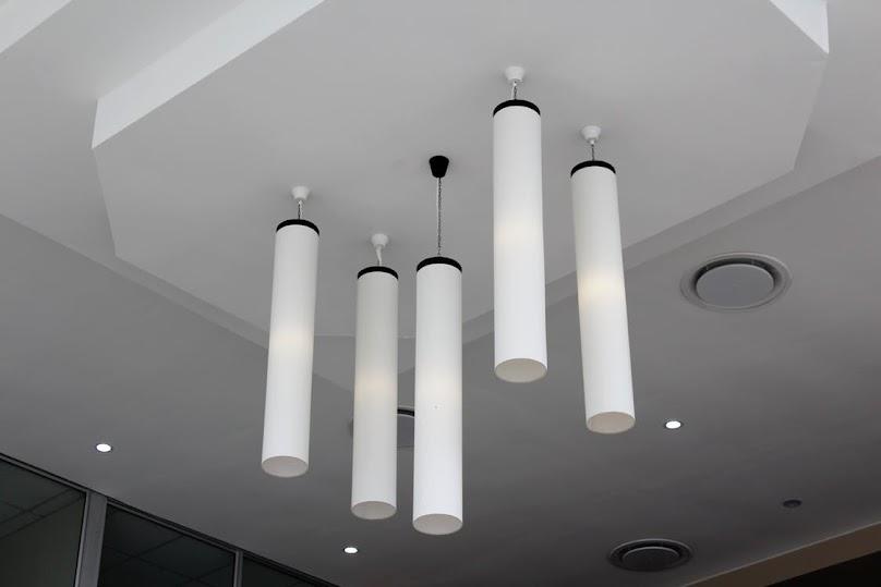 Dekoracyjny sufit podwieszany z oświetleniem
