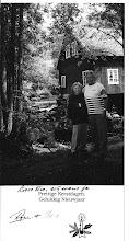 Photo: In het prachtige Zweden stond hun tweede huis.  Chris is Zweedse, ze woonden een half jaar in Zweden en half jaar in Nederland. Wij hebben hun een aatal jaren geleden een bezoek gebracht en erg genoten ook van zoveel gastvrijheid. Door het ouder worden hebben ze het 2 jaar geleden verkocht. Op de achterkant van deze foto is geschreven door Rijn, aan mijn moeder gericht. Ook wij hadden allen ook deze kaart van ze ontvangen. Onze dochter Elles heeft contact met hun opgenomen 15 jaar geleden, naar aanleiding van een artikel in de libelle over het Haarlems weeshuis waar Rijn op verschillende foto's te bekijken was. Zij was enorm blij met hun ontmoeting.  Rijn heeft na zijn studie vele jaren in het buitenland gewoond o.a. de Filipijnen. Doordat ze beiden in een weeshuis werden geplaatst, samen niet in een gezin waren groot gebracht een leeftijd verschil hadden van 13 jaar, verloren ze elkaar uit het oog.