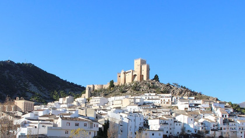 El Castillo, imponente, se alza sobre el pueblo de Vélez Blanco.