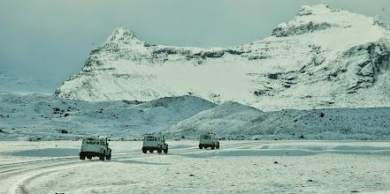 Photo: I nostri Land Rover Defender 110 AT37 in marcia verso il ghiacciaio Vatnajökull in inverno. Islanda, marzo 2014. www.90est.it