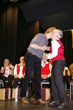 Photo: Margrit gratuliert Simon Dettwiler zum 10 jährigen musikalischen Leiter der Grossformation Tschoppehof und seinem Geburtstag!