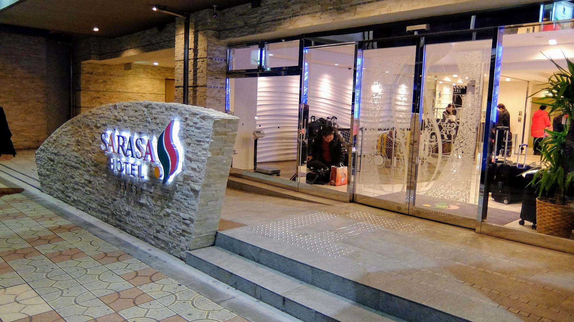 SARASA HOTEL namba,離南海難波車站大約五分鐘的距離,不過飯店旁邊就是日本橋的商店街XD