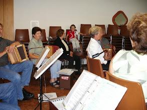Photo: Musikstunde unter Aufsicht unserer kleinen Fanin!