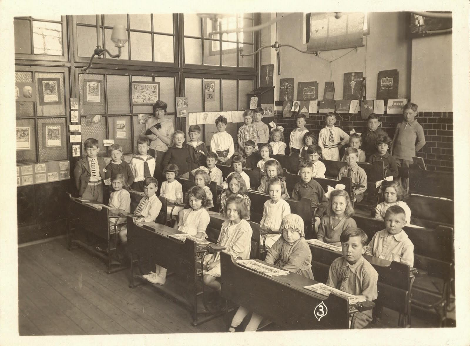 Старовинна світлина учнів лондонської початкової школи: знайдіть кота на цьому фото.
