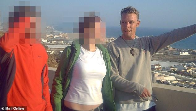 El presunto raptor de Madeleine junto a la pareja de turista. Foto de Daily Mail.s