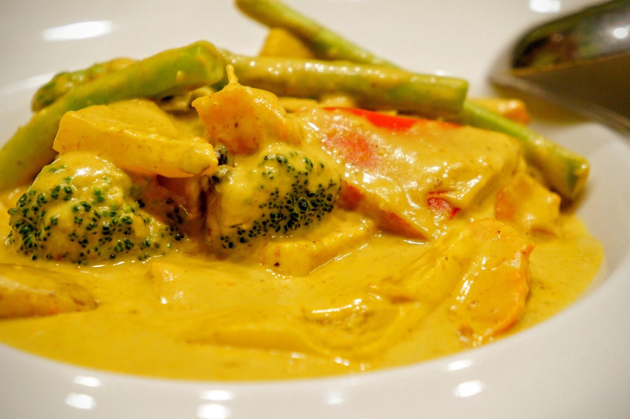 皇宮咖哩,裡頭有許多蔬菜類,像是花椰菜/馬鈴薯/紅椒/黃椒等...