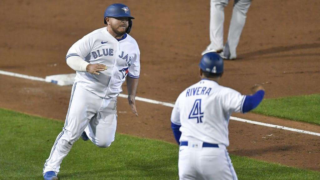 Jugador de béisbol con un bate de béisbol durante un partido  Descripción generada automáticamente