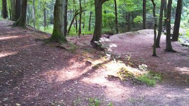 Photo: Wanderweg Tücking-Funckenhausen mit einst das Tal sperrendem Damm oberhalb von Funckenhausen.
