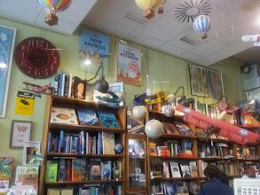 """Photo: """"Más que una librería de mapas, somos un sitio de referencia antes de iniciar una aventura."""" Esa es la carta de presentación de la librería de hoy. Se trata de """"Mapas y compañía"""" una librería situada en Málaga a la que accedemos desde la calle Compañía para encontrarnos con un universo de bolas del mundo que nos ayudarán a elegir destino. Mapas, guías, Nueva York, Londres, Nepal! todos los lugares caben aquí; y si alguien no me cree siempre puede preguntarle a Tintín, a quien encontraremos con toda seguridad en este precioso lugar. Hoy, en nuestra ruta librera y tras haber hablado de viajes, os invito a hacer una parada en Málaga.  Fotos: Meg CazandoEstrellas Gracias por enseñarnos este hermoso lugar. Iré."""