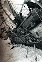 """Photo: A babor del barco, 19 octubre 1915. """" El principio del fin """" Shacketon fue el último en marcharse. Izó la bandera azul y los hombres, desde el hielo, lanzaron tres hurras de saludo."""