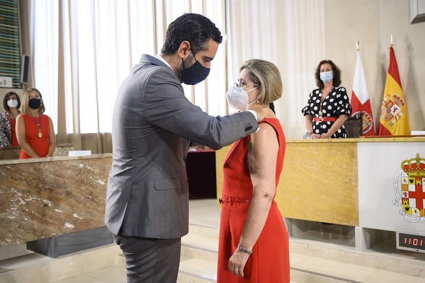 El alcalde impone el Escudo de Oro de la Ciudad a María Dolores Durán.