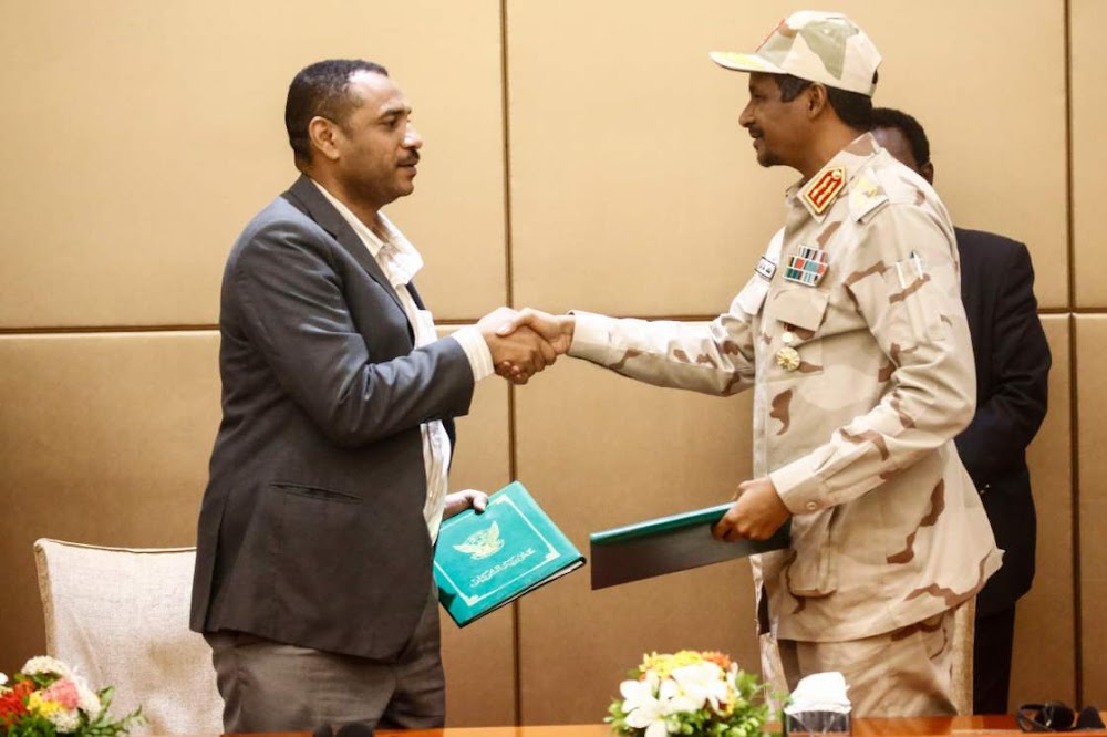 Soedan-generaals en protesleiers onderteken 'n ooreenkoms op pad na 'n burgerlike regering
