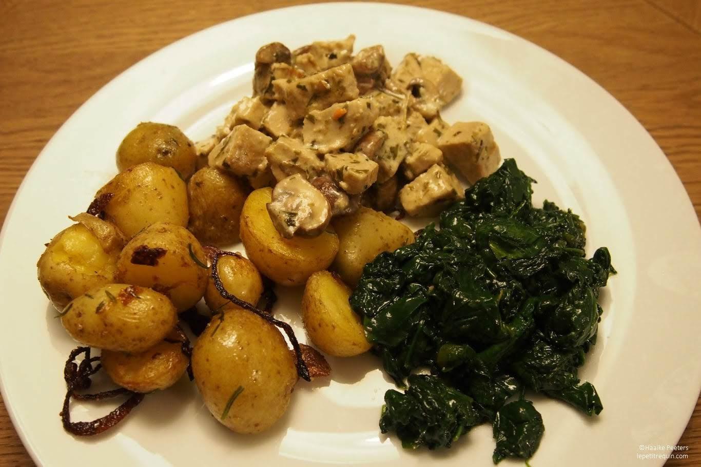 Tofu en champignons in dragonsaus met gebakken aardappeltjes en spinazie (Le petit requin)