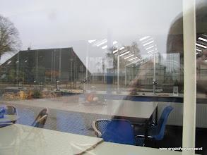 Photo: Door het raam: Kantine en binnenbak
