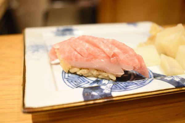 小粋鮨割烹/無菜單日本料理/讓人驚艷的調味方式/香氣十足的黑松露海膽/超特別的黑鮪魚大腹硫磺鹽/意外好吃的酪梨青甘柴魚凍