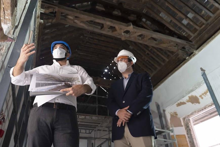 Alfredo Garrido junto a Fernando Giménez visitando la sala del artesonado