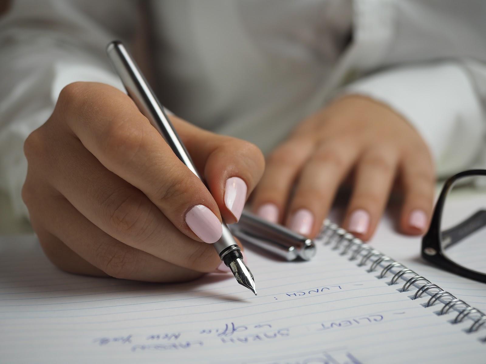 Fazer listas ajuda a manter o foco e a organização (Fonte: Energepic/Pexels)