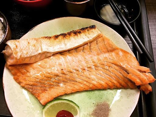 魚超大片也很新鮮,沒收服務費喔!